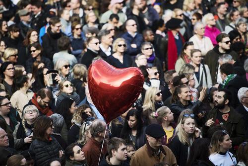 گردهمایی هزاران سوئدی در محل حادثه تروریستی اخیر در شهر استکهلم