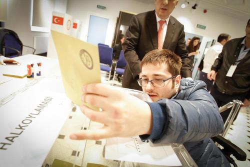 رای دادن یک شهروند ترکیه ای در همه پرسی تغییر قانون اساسی این کشور در سفارت ترکیه در شهر ورشو لهستان