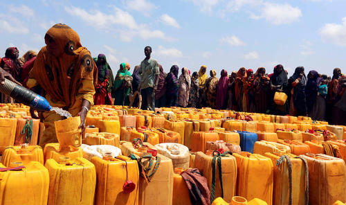 توزیع آب آشامیدنی از سوی یک خیریه قطری برای آوارگان جنگی در سومالی