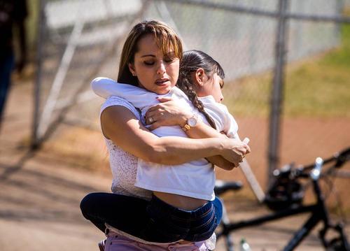 ترس و وحشت دانش آموزان و والدین از تیراندازی در دبستانی در شهر سن برناردینو ایالت کالیفرنیا آمریکا