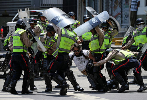 دستگیری معترضان در تظاهرات بر ضد حکومت ونزوئلا در شهر کاراکاس
