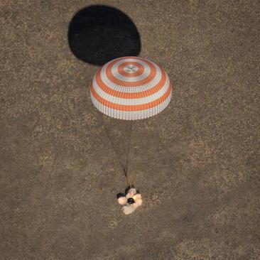 فرود موفق کپسول فضاپیمای سایوز روسی حامل 3 فضانورد آمریکایی و روسی در قزاقستان