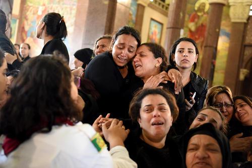 گریه و شیون خانواده های مسیحی قبطی داغدار حمله تروریستی اخیر به کلیسای قبطی ها در شهر اسکندریه مصر