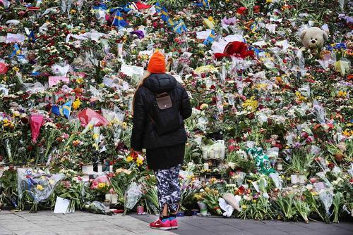 گذاشتن دسته های گل از سوی شهروندان سوئدی در محل حادثه تروریستی اخیر در شهر استکهلم