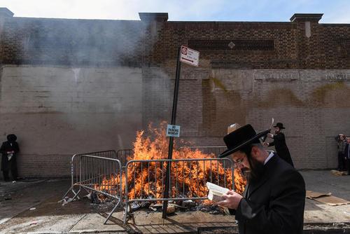 اجرای یک مراسم آیینی مربوط به عید فصح از سوی یهودیان ارتدوکس در محله بروکلین شهر نیویورک آمریکا