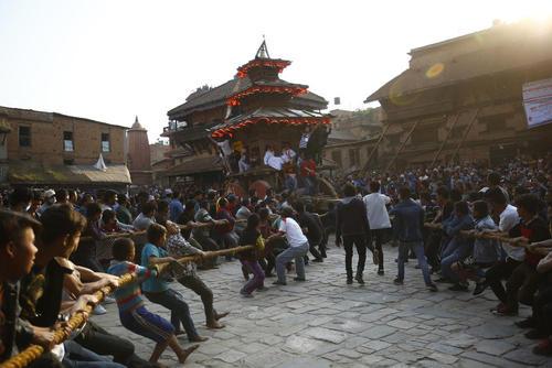 کشیدن ارابه در جریان یک جشنواره آیینی در شهر باختاپور نپال