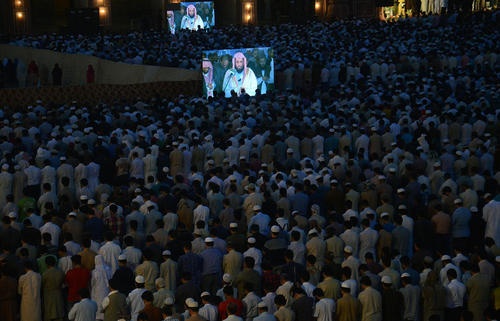 اقامه نماز جماعت مغرب در مسجد تاریخی
