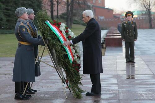 ادای احترام رییس جمهور ایتالیا به مقبره سرباز گمنام در مسکو
