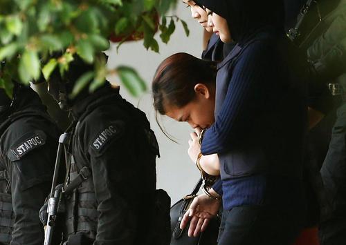 اسکورت دو زن اندونزیایی و ویتنامی تبار مظنونان به قتل برادر رهبر کره شمالی به بیرون دادگاه محاکمه در مالزی