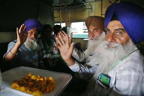 رسیدن صدها سیک هندی به ایستگاه راه آهن شهر لاهور پاکستان برای برگزاری یک آیین مذهبی سالانه
