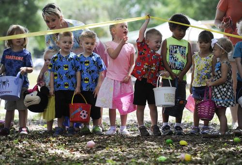 رقابت جمع کردن تخم مرغ های عید پاک برای کودکان در شهر تامپا ایالت فلوریدا آمریکا
