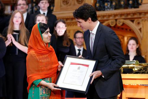 اعطای شهروندی افتخاری از سوی نخست وزیر کانادا به ملاله یوسف زی دختر پاکستانی برنده نوبل صلح – کتابخانه پارلمان کانادا در اوتاوا