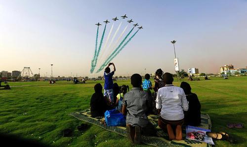 تماشای پرواز تیم آکروباتیک نمایش هوایی سعودی در پارکی در نزدیکی فرودگاه شهر خارطوم سودان