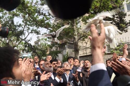 کبوتر هوا کردن یکی از ثبت نام کنندگان انتخابات ۹۶