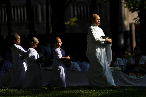 راهبان بودایی در حال جمع آوری نذورات غذایی مردم – بانکوک