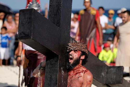 بازآفرینی صحنه به صلیب کشیدن مسیح (ع) در آیین های روز
