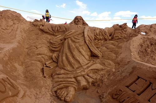 درست کردن مجسمه شنی مسیح در بولیوی