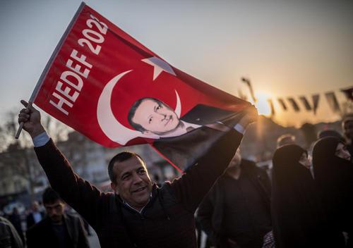 گردهمایی حامیان رجب طیب اردوغان و تغییر قانون اساسی ترکیه – استانبول