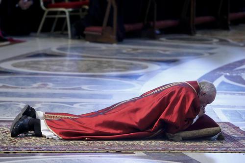 پاپ فرانسیس در حال به جای آوردن آیین های مذهبی عید پاک در کلیسای سن پترز واتیکان