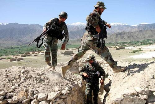 سربازان ارتش افغانستان در 2 کیلومتری محل انفجار
