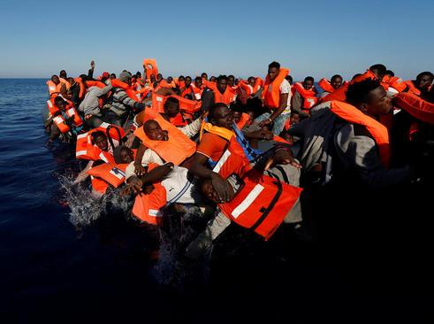 نجات 134 پناهجوی آفریقایی تبار از روی یک قایق از سوی گارد دریایی اروپا در مدیترانه