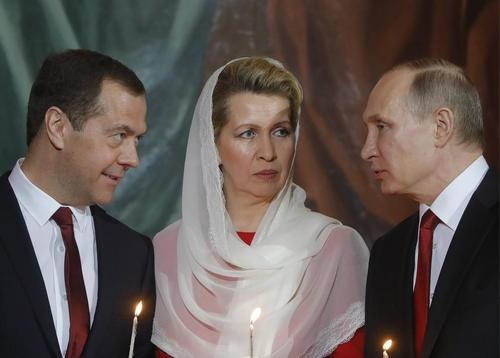 ولادیمیر پوتین، همسر مدودف و دمیتری مدودف در مراسم عید پاک در کلیسای جامع مسکو