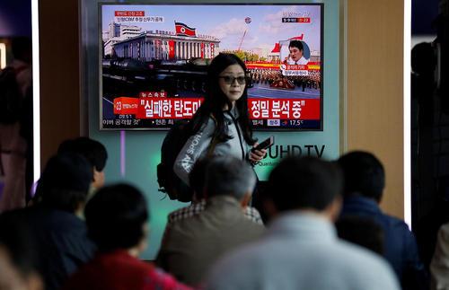 ایستگاه قطار شهر سئول کره جنوبی و نگاه شهروندان کره ای به خبر شکست آزمایش موشکی کره شمالی از مانیتور ایستگاه