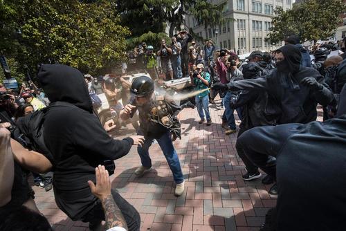 افشاندن اسپری فلفل از سوی تظاهرات کننده ضد ترامپ به روی یک حامی ترامپ در حاشیه تظاهرات بر ضد ترامپ در برکلی کالیفرنیا