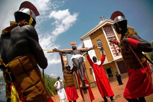 مسیحیان شهر جوبا در سودان جنوبی در حال بارآفرینی صحنه به صلیب کشیدن مسیح در آیین های عید پاک