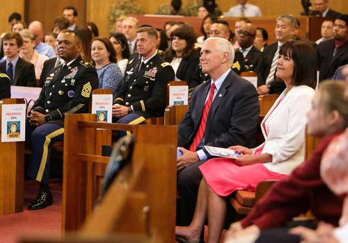 بازدید مایک پنس معاون رییس جمهور آمریکا و همسرش از پایگاه نیروهای آمریکایی مستقر در کره جنوبی