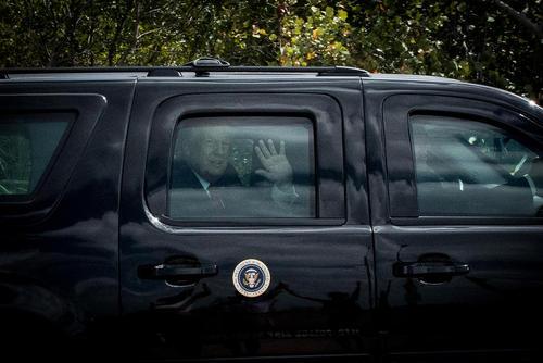 واکنش ترامپ به ابراز احساسات حامیانش در کنار خیابان به هنگام عبور کاروان او و هیات همراهش – پالم بیچ فلوریدا