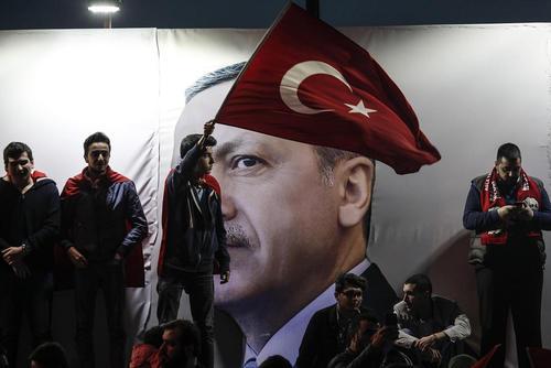 شادمانی هواداران حزب حاکم ترکیه از نتیجه همه پرسی تغییر قانون اساسی – استانبول و آنکارا