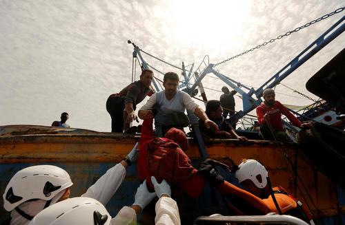 نجات پناهجویان سرگردان در آب های مدیترانه از سوی یک کشتی ماهیگیری تونسی