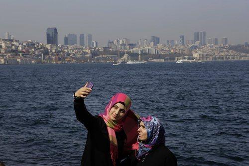 سلفی گرفتن یک مادر و دختر در ساحل استانبول