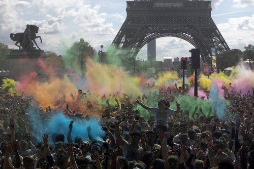 مسابقات سالانه دو با پودر رنگی در شهر پاریس