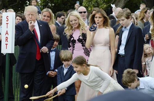 مسابقه سالانه حمل تخم مرغ بین کودکان با سوت آغاز دونالد ترامپ و ملانیا همسرش به مناسبت عید پاک – کاخ سفید