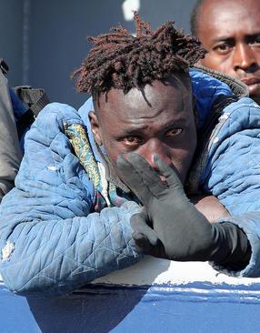پناهجویان آفریقایی تبار نجات داده شده در دریا در جزیره سیسیل ایتالیا