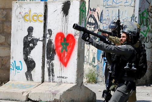 سربازان اسراییلی در حال شلیک گاز اشک آور به سمت معترضان فلسطینی –بیت لحم