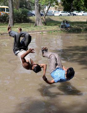 شیرجه جوانان پاکستانی به داخل کانال آب در گرمای لاهور پاکستان