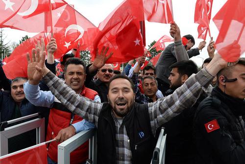 حامیان رجب طیب اردوغان رییس جمهور ترکیه در انتظار حضور او برای سخنرانی در گردهمایی حامیانش پس از کسب پیروزی در همه پرسی تغییر قانون اساسی ترکیه – آنکارا