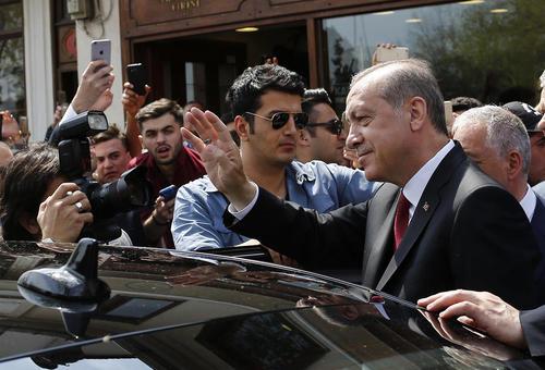 مواجهه اردوغان با حامیانش در بیرون مسجد عیوب سلطان در استانبول