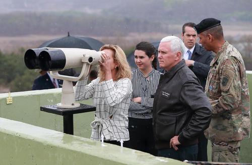 خانواده مایک پنس معاون رییس جمهور آمریکا در منطقه مرزی بین دو کره و در حال تماشای مواضع و استحکامات مرزی کره شمالی