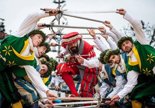 رقص شمشیر در حاشیه مسابقات سالانه اسب سواری در باواریا آلمان