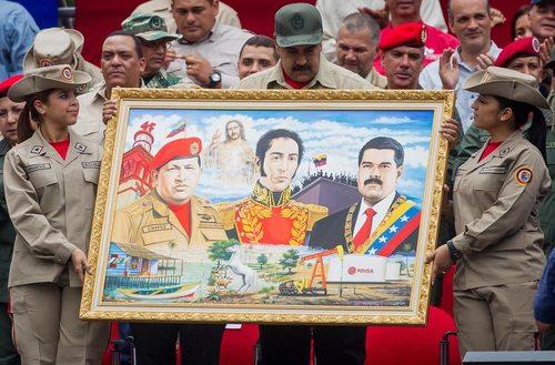 هدیه یک تابلوی نقاشی حاوی تصاویر روسای جمهور فعلی و سابق ونزوئلا و سیمون دو بولیوار به نیکولاس مادورو رییس جمهور ونزوئلا – کاراکاس