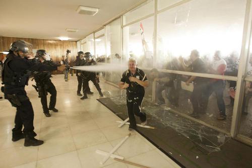 ممانعت پلیس ضد شورش از ورود معترضان به اصلاحات حقوق بازنشستگی در برزیل به ساختمان پارلمان برزیل - برزیلیا