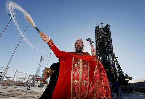 کشیش های ارتدوکس در حال انجام مراسم مذهبی در اطراف فضاپیمای سایوز روسی یک روز پیش از پرتاب آن به فضا – پایگاه فضایی بایکونور قزاقستان
