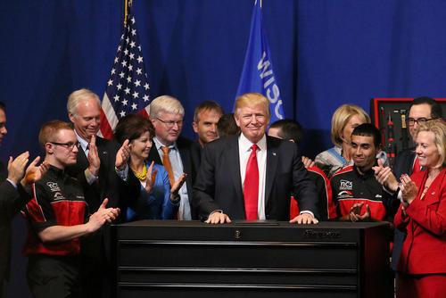ترامپ در جمع کارگران آمریکایی پس از امضای یک فرمان اجرایی محدود کننده صدور ویزای کاری آمریکا برای کارگران خارجی – ایالت ویسکانسین