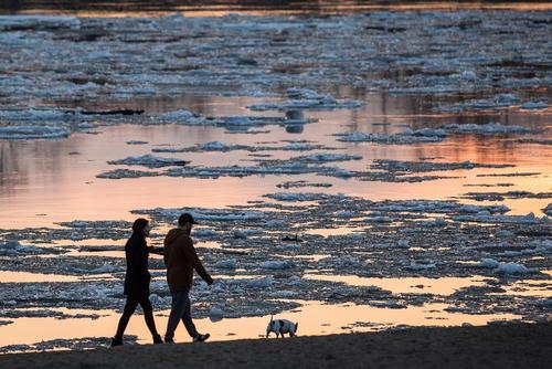 پیاده روی در حاشیه رودخانه ایرتیش در اومسک روسیه