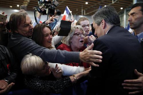 استقبال حامیان از فرانسوا فیون نخست وزیر سابق و نامزد محافظه کار انتخابات ریاست جمهوری فرانسه در شهر لیل