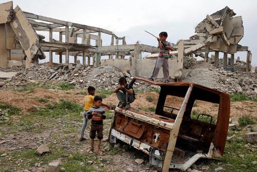 بازی کودکان در اردوگاه آوارگان جنگی در جنوب شهر موصل عراق